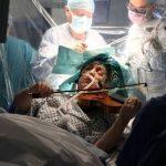 Toca el violín mientras la operan de un tumor