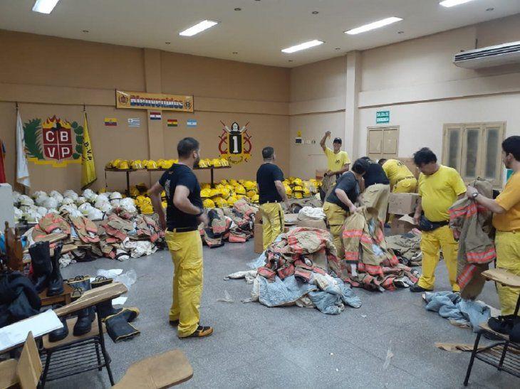 Bomberos de EEUU donan equipos de protección a sus colegas paraguayos