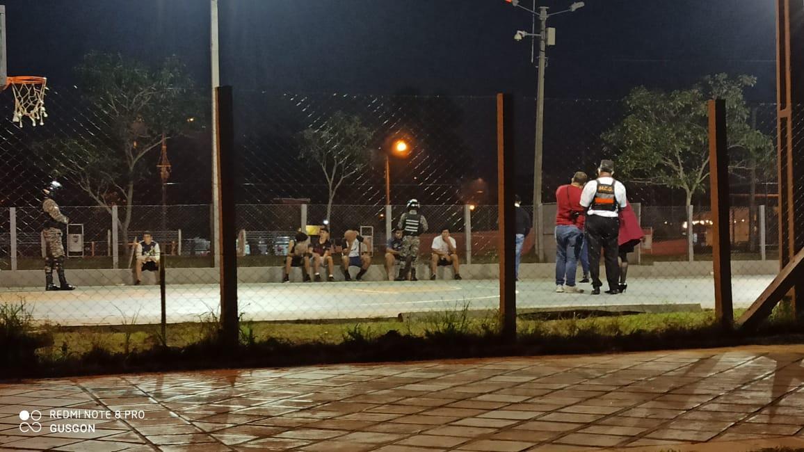 Jóvenes que estaban jugando básquet fueron sorprendidos por la patrulla