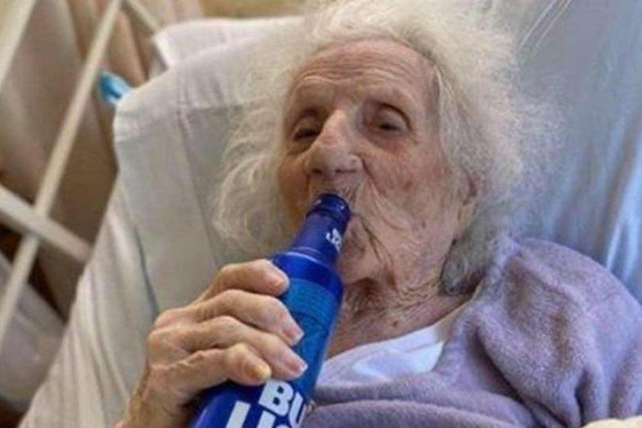 Abuela de 103 años le ganó al coronavirus y lo festejó con una cerveza