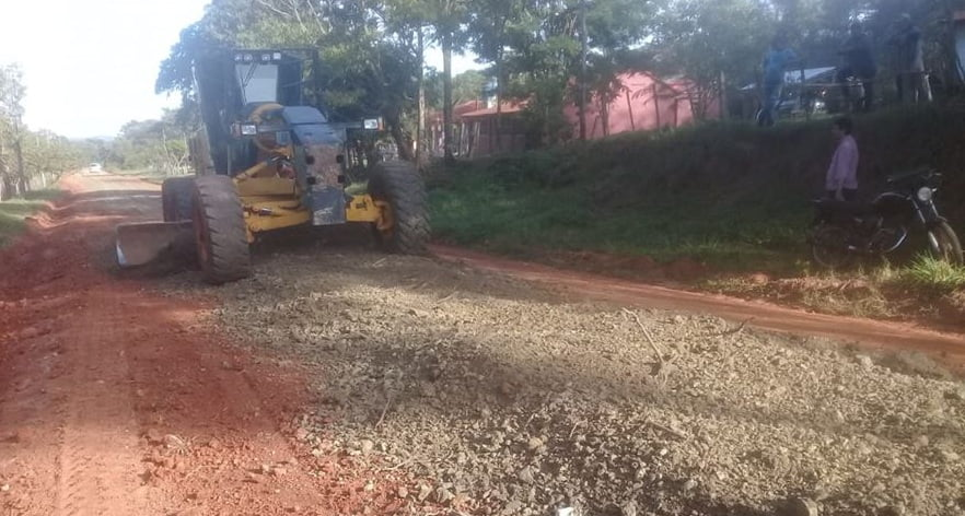 Trabajos de mejoramiento de caminos realizados por la Gobernación
