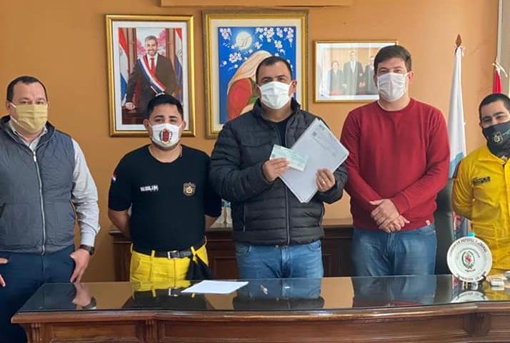 Gobernador entrega aporte a comisión y bomberos de Yuty