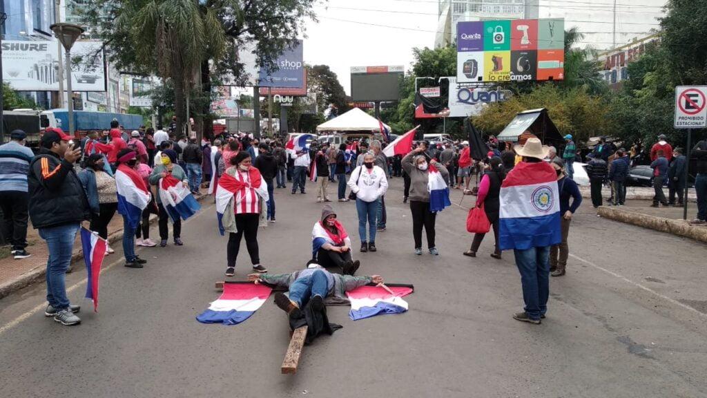 Manifestantes se encadenan y crucifican en CDE