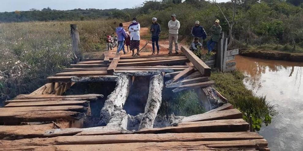 Queman puente de madera en Horqueta por falsas promesas del MOPC