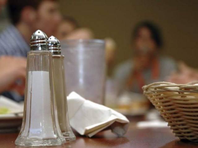 Concejales prohíben la colocación de sal en establecimientos gastronómicos