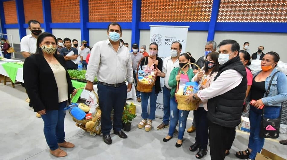 Caazapá: Familias reciben insumos para huertas y recursos financieros