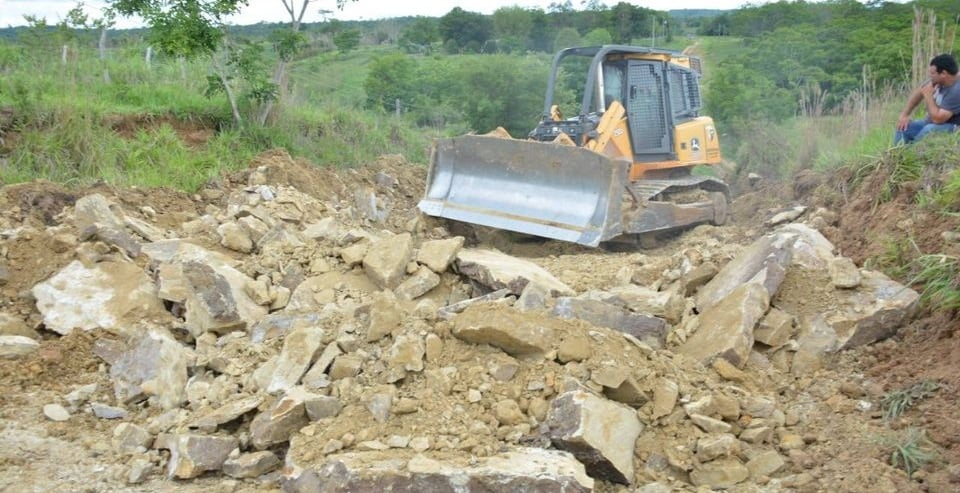Gobernación realiza arreglo de caminos en Carayaó