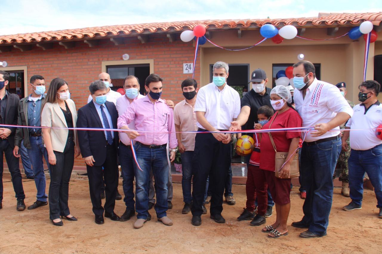 Mario Abdo inaugura viviendas en Coronel Oviedo