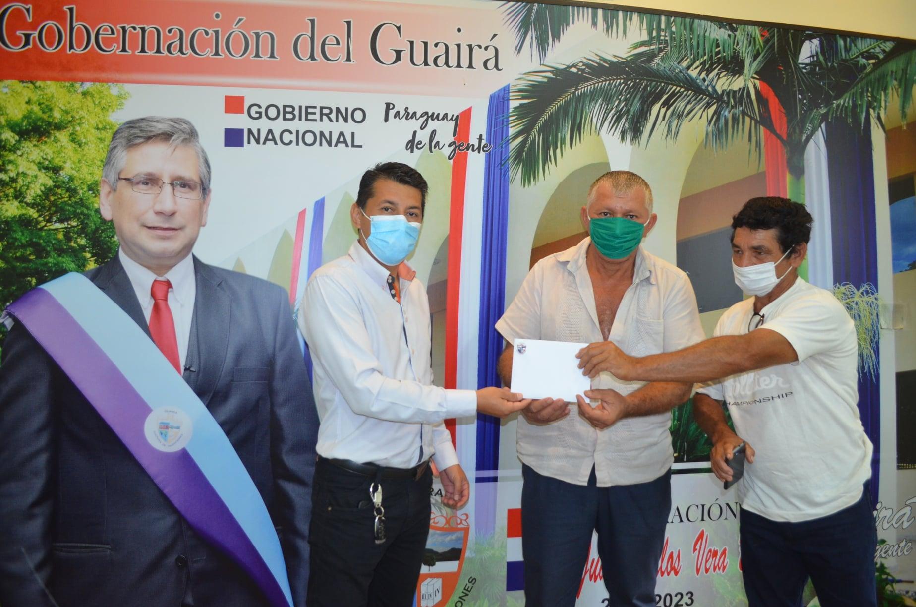 Guairá: Entregan aporte a comisión para construcción de pozo artesiano