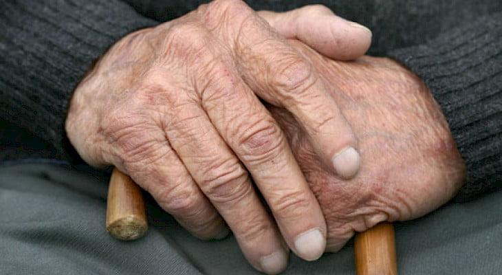 Hombre preso por golpear a su padre anciano