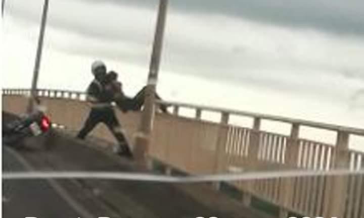 Motociclista salva a un joven que quiso lanzarse del Puente Remanso
