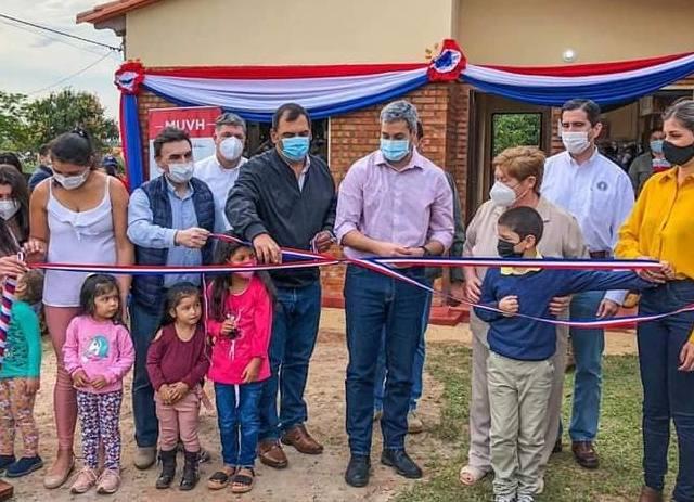 Más de 300 familias de Caazapá reciben llaves de sus nuevas viviendas
