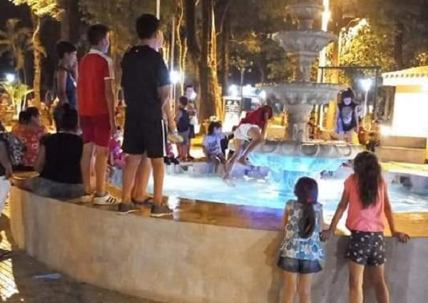 Padres inconscientes: Niños se metieron a una fuente de agua con conexión eléctrica