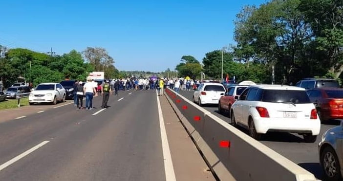 Docentes se manifiestan y cierran ruta en Coronel Oviedo